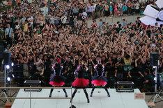 BABYMETAL「メギツネ」リリース記念フリーライブの模様。(撮影:平野哲郎)