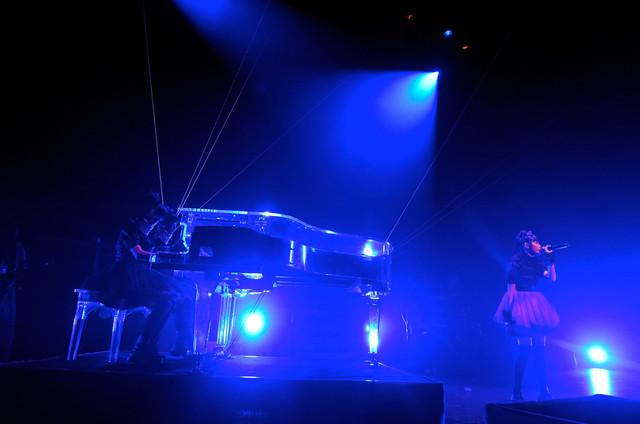 グループ初のバラードとなる新曲を披露するBABYMETAL。 (Photo by Taku Fujii)