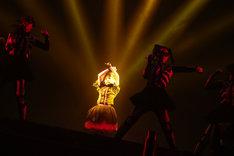 ダンサーを引き連れ「ちょこっとLOVE -BIG TIME CHANGES ver.-」を披露するYUIMETAL。 (Photo by Taku Fujii)