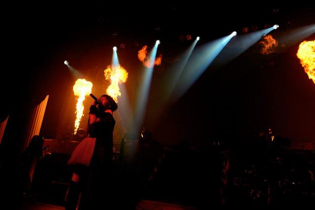 火柱が上がる中「紅月-アカツキ-」を熱唱するSU-METAL。 (Photo by Taku Fujii)