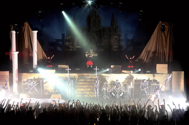 1曲目「BABYMETAL DEATH!!」とともにステージに現れたBABYMETAL。 (Photo by Taku Fujii)