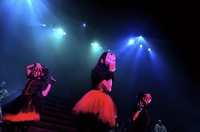 「メギツネ」を歌うBABYMETAL。 (Photo by Taku Fujii)