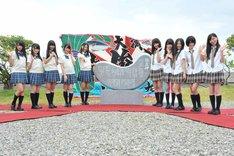 歌碑と記念撮影するSKE48。 (c)AKS