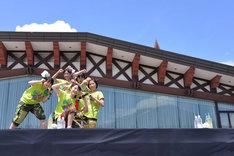 ステージ後方のクラブハウスの窓には富士山が映っている。