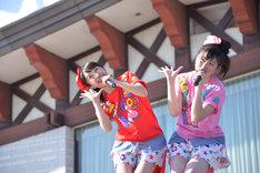 「あーりんは反抗期」を二人で歌うことになってしまった百田夏菜子(左)と佐々木彩夏(右)。