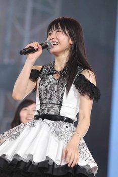 篠田麻里子よりチームAの新キャプテンに任命された横山由依。(c)AKS