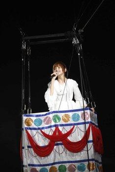 """""""まりぱんだ""""の気球に乗って「帰郷」を歌う篠田麻里子。(c)AKS"""