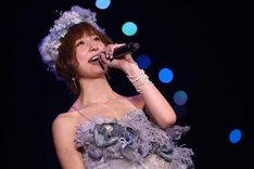 「上からマリコ」を歌う篠田麻里子。(c)AKS
