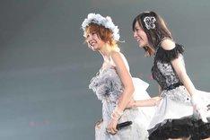 「上からマリコ」歌唱時に松井珠理奈とともに歩き出す篠田麻里子(写真中央)。(c)AKS