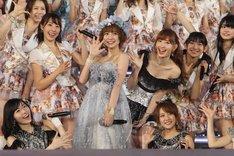 「上からマリコ」の様子。篠田麻里子(写真中央)を囲むように全メンバーが集合した。(c)AKS