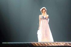 「涙のせいじゃない」を歌唱する篠田麻里子。(c)AKS