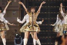 「フライングゲット」でセンターポジションを務めた篠田麻里子。(c)AKS