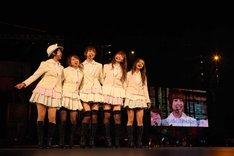 「夕陽を見ているか?」の様子。篠田麻里子を囲むように1期メンバーが集合した。(c)AKS