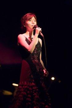 艶やかな衣装と歌で観客を魅了した柴田淳。