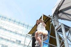 鉄塔に登る後藤まりこ。