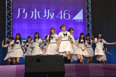 「ガールズルール」を披露する乃木坂46。