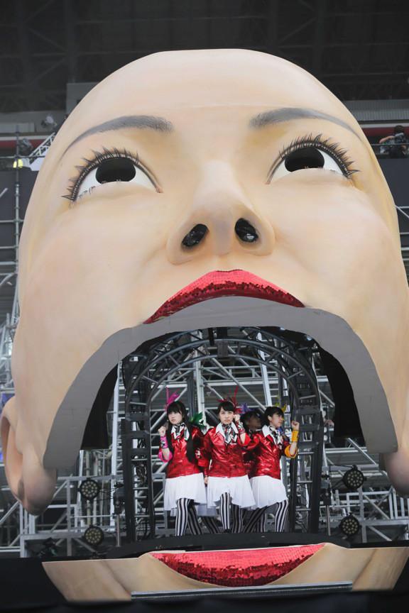 百田夏菜子の顔型のオブジェの口から登場したももいろクローバーZ。(撮影:上飯坂一+Z)