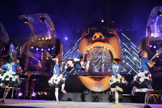 日産スタジアムのステージでも華麗に決まった百田夏菜子のエビぞりジャンプ。(撮影:上飯坂一+Z)