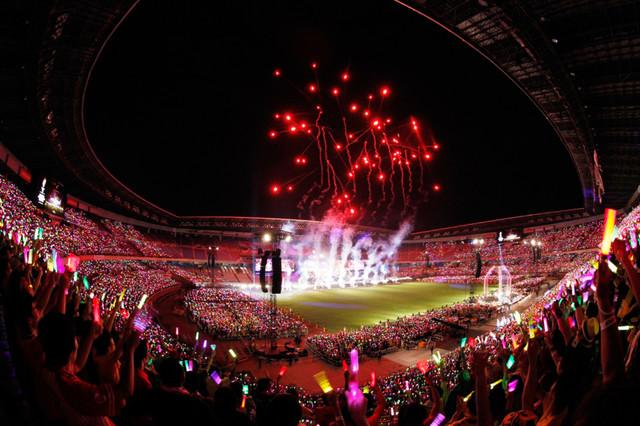 「ももクロ夏のバカ騒ぎ WORLD SUMMER DIVE 2013 8.4 日産スタジアム大会」の様子。(撮影:上飯坂一+Z)