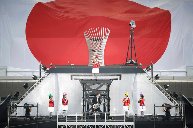 「君が代」を演奏する布袋寅泰とももいろクローバーZ。百田夏菜子は聖火台に上っていく。(撮影:上飯坂一+Z)