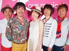 スタジオライブ収録後の島袋寛子(写真中央)とTHE BOOM。