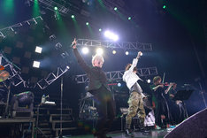 MY FIRST STORYのHiro(手前左)と「SAVIOR OF SONG (feat. MY FIRST STORY)」を披露するナノ(手前右)。(撮影:小林修士)