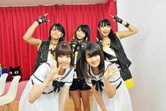 ベイビーレイズのメンバー(後列)と記念撮影をする松村沙友理と中田花奈(前列)。