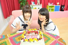 左から松村沙友理、中田花奈。サプライズで用意されたバースデーケーキを前に記念撮影をする様子。