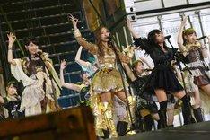 板野友美センターによる「フライングゲット」歌唱の様子。 (c)AKS