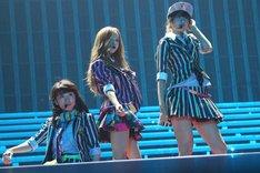 大島優子、板野友美、宮澤佐江による「制服レジスタンス」歌唱の様子。