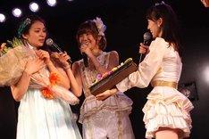 AKB48グループ全メンバーからのメッセージカードが収められたアルバムが秋元才加にプレゼントされる。 (c)AKS