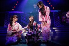 コントを披露する衛藤美彩、白石麻衣、星野みなみ(左から)。
