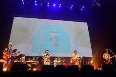 阿部民バンドのライブの様子。(Photo by TEPPEI)