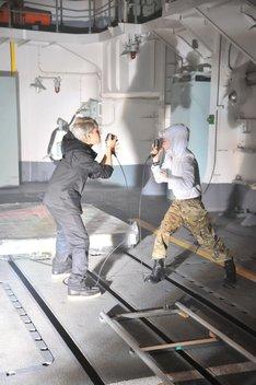 除籍船内でPV撮影を行うナノとHiro。