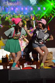 自分たちのライブ映像にあわせて踊る百田夏菜子、玉井詩織。