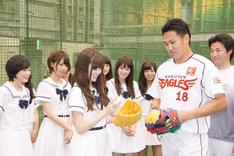 田中将大選手からアドバイスを受ける白石麻衣。