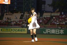 始球式に再挑戦した白石麻衣。
