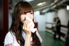 始球式終了後、再び悔し涙を流した白石麻衣。
