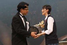 優勝トロフィーを授与される松井珠理奈。 (c)AKS