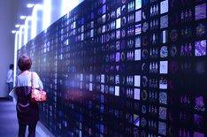 壁には、カンヌ広告祭のサイバー部門で銀賞を受賞した「Perfume official global website」を紹介するビジュアルがズラリと並ぶ。