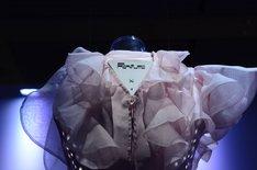 「第63回NHK紅白歌合戦」のために制作された衣装。背面にある発光システム基体にはPerfumeのロゴが。