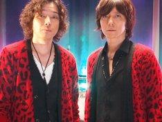 そろいのヒョウ柄カーディガンを着てパフォーマンスした「和吉」こと斉藤和義と吉井和哉。