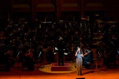 80名のオーケストラとともに名曲を熱唱したJUJU。