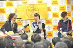「Listen to me」スペシャルバージョンを歌唱するIn 197666とAKB48佐藤すみれ。