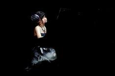 「強がり時計」をピアノ弾き語りで披露した東李苑。 (c)AKS