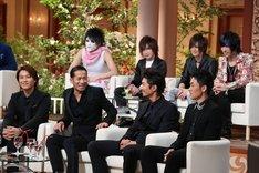 上段左から樽美酒研二、鬼龍院翔、喜矢武豊、歌広場淳(以上4名ゴールデンボンバー)、下段左からTAKAHIRO、HIRO、MAKIDAI、TETSUYA(以上4名EXILE)。