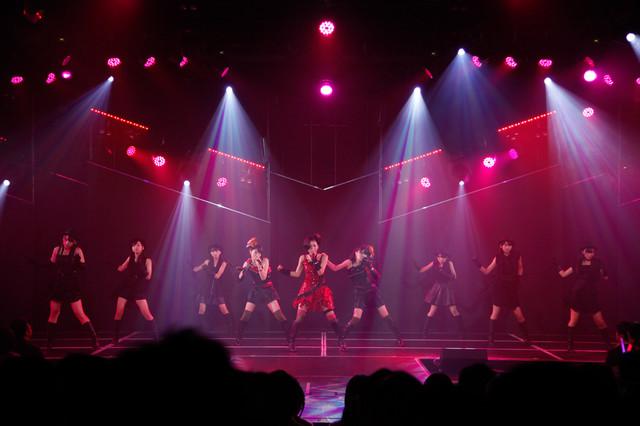 3期生メンバー6名がバックダンサーとして参加した穴井、兒玉、渕上のユニット曲「純情主義」様子。 (c)AKS