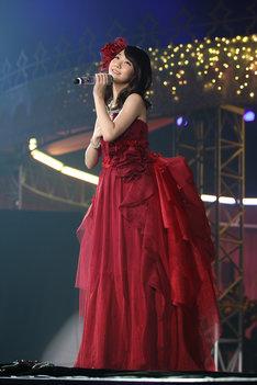 深紅のドレスに身を包み、オーケストラとともに「ショートケーキ」を披露する柏木由紀。