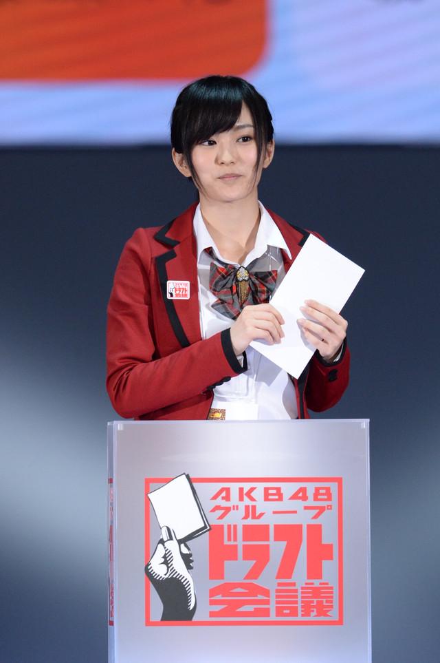 「AKB48グループ ドラフト会議」で抽選を行う山本彩。(c)AKS