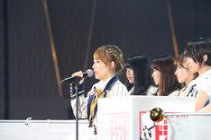 「AKB48グループ ドラフト会議」開会宣言でマイクを握る高橋みなみ。(c)AKS